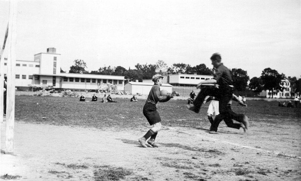 """Fotboll på """"Råsunda"""" (idag VL:s bussgarage) 1932 med funkishusen i bakgrunden. Bilkälla: Esbjörn Larssons samling."""
