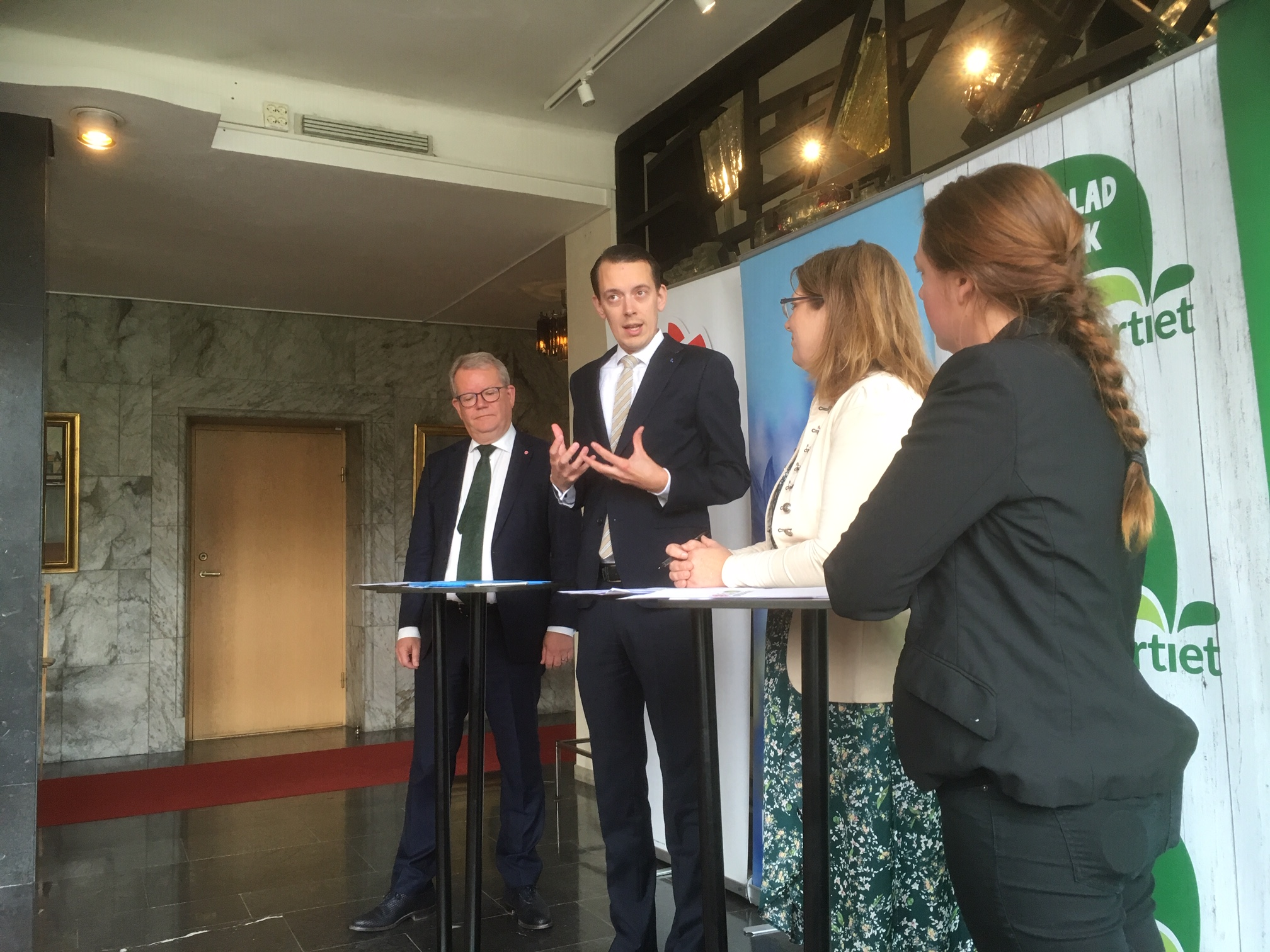Västerås nya styre. Jesper Brandberg (L) lägger ut texen med Anders Teljebäck (S) till vänster samt Vicki Skure Eriksson (C) och Anna Thunell (MP) till höger.