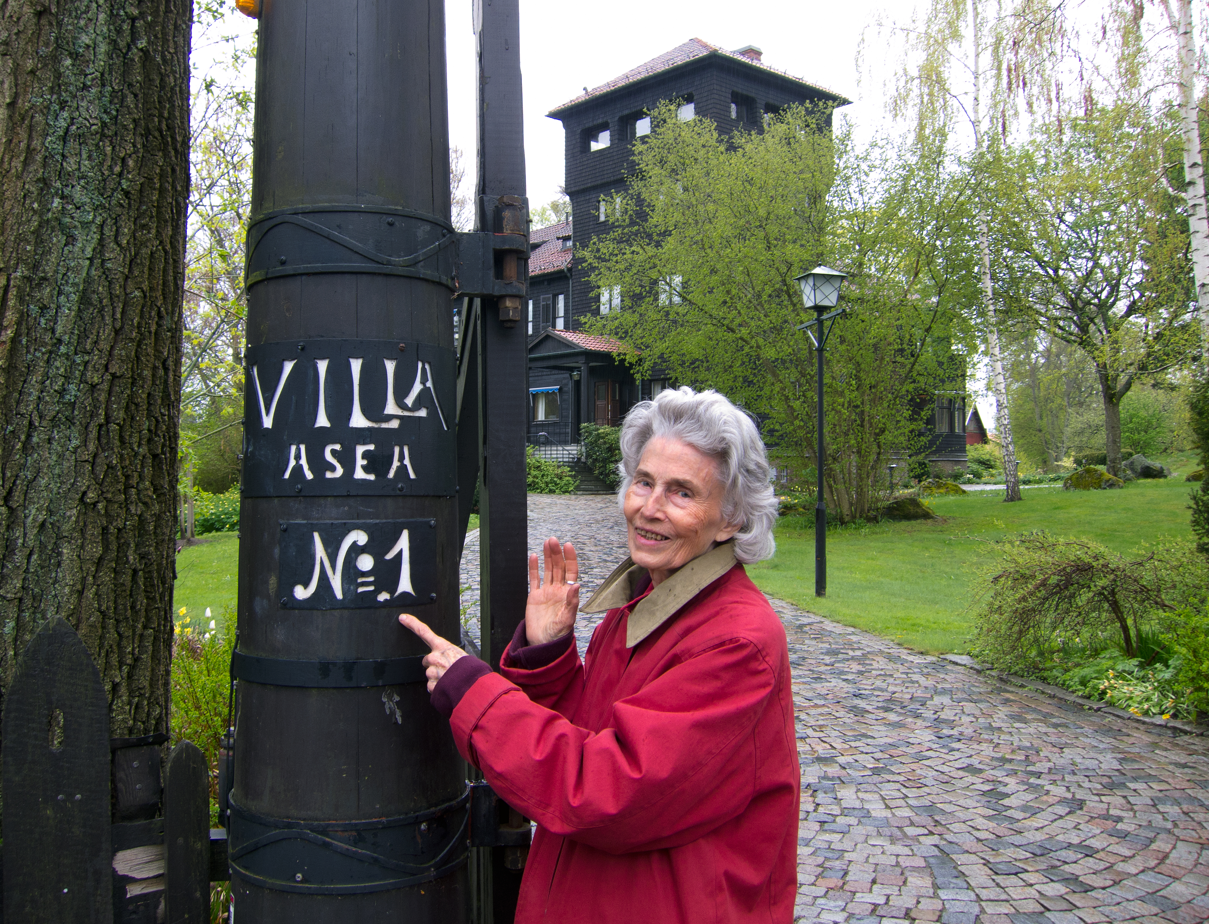 Anja Wennerholm växte upp med sin morfar Sigfrid Edström och mormor Ruth Randall Edström i Villa Asea på 1930-talet. Foto: Anders Lif.