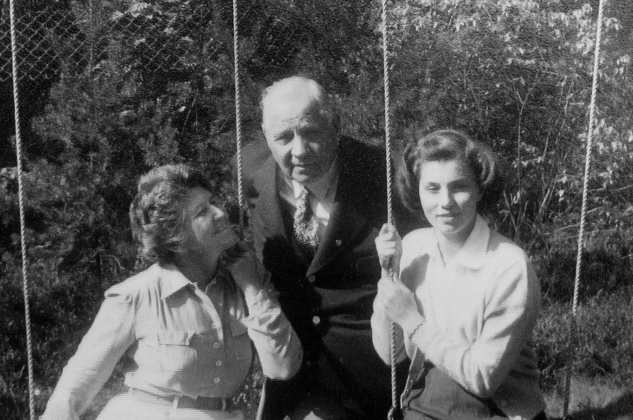 Anja Wennerholm med sin mor Miriam de Maré och morfar Sigfrid Edström 1950. Foto: Privat.